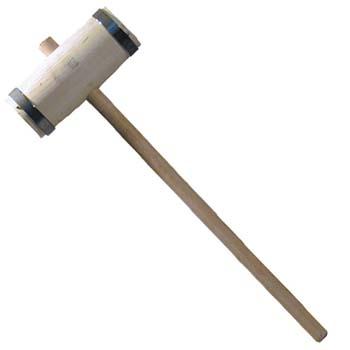 Maza de madera con aros metálicos