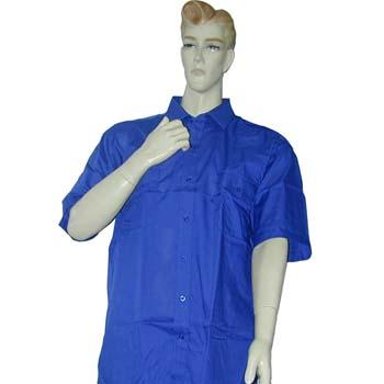 Camisa de tergal con manga corta y dos bolsillos con tapetas